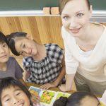 英語の授業を受ける小学生