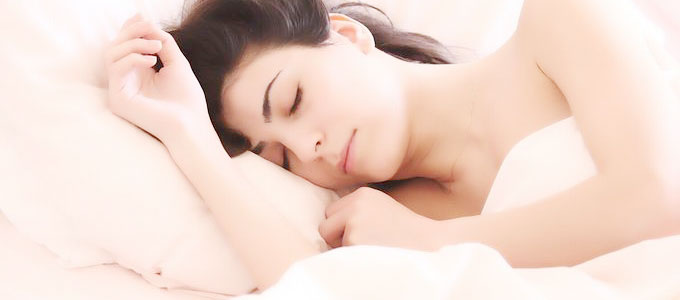 熟睡する妊婦