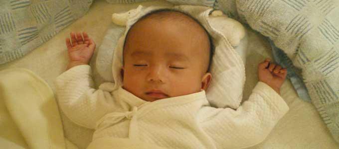 バンザイして寝る赤ちゃん
