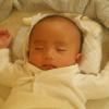 赤ちゃんがバンザイをして眠る3つの理由