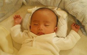 バンザイして眠る赤ちゃん
