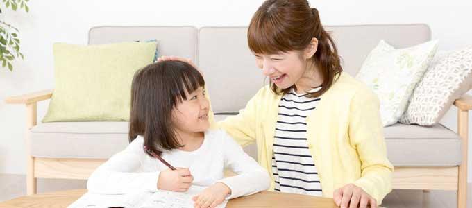 子どもを褒める親