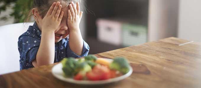 食べ物の好き嫌いを言う子ども