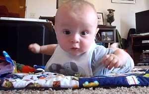 赤ちゃんのカメラ目線