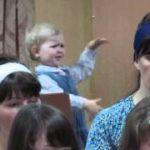 赤ちゃんの真剣な表情で伝わる、情熱的な指揮者っぷり