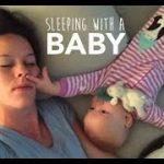 寝ているママを必死に起こす赤ちゃん。鼻に指、オナラも