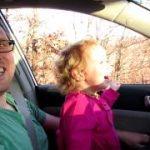 ラクダと幼女のほのぼの動画が、次の瞬間パパ冷や汗