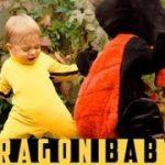 赤ちゃんVSドラゴン。赤ちゃんの動きと表情が可愛すぎる