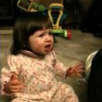 初めてのグレープフルーツを食べて、悶絶する赤ちゃん