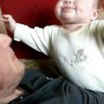 パパのお腹の上で、スカイダイビングする赤ちゃん