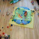 部屋中におもちゃをまき散らす赤ちゃん。さすが遊びの天才
