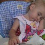 笑っちゃう、赤ちゃん(14人)の眠りに落ちる瞬間