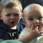 兄ちゃんの指をガブッ!赤ちゃん表情はドS感たっぷり