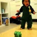 おもちゃで遊びたいけど、それが怖くて遊べない赤ちゃん