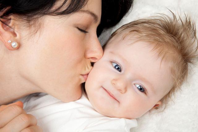 赤ちゃんにキス