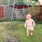 赤ちゃんがスプリンクラーに興奮。近づいいたら、冷たいから退散