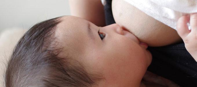 おっぱいを吸う赤ちゃん