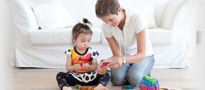 おもちゃで遊ぶベビーシッターと子ども
