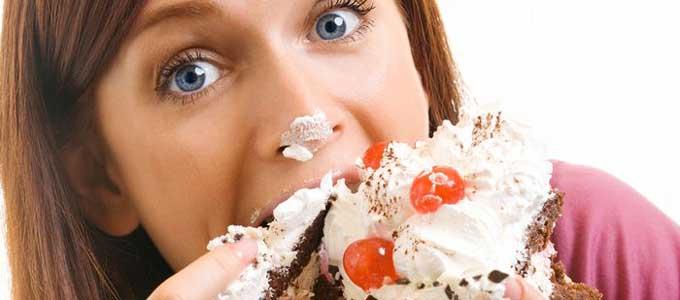 無性にケーキが食べたくなる女性