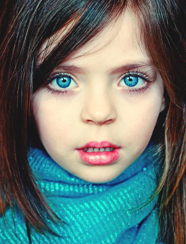 青い瞳の少女
