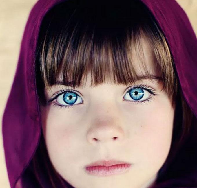 青い瞳の少年