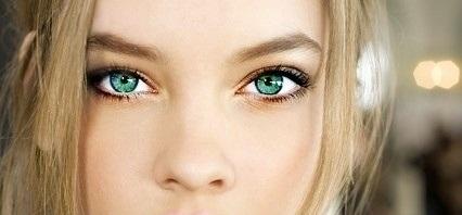 緑色の目を持つ女性