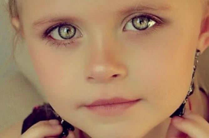 グレーの目を持つ少女