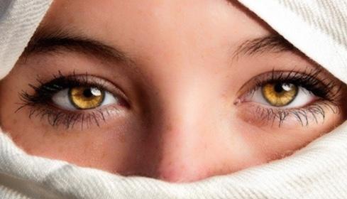 琥珀色の目を持つ女性