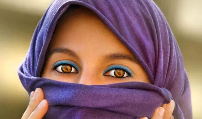 アンバーの目を持つ女性