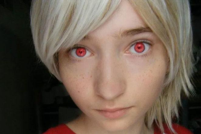 赤い色の目を持つ少年