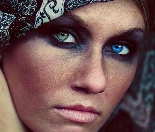オッドアイの目を持つ女性